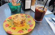 Ммм... Ну, мой завтрак. Тортилья и сангрия. Севилья.