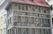 Один из фасадов домов на площади.