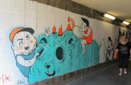 Современное искусство на стенах перехода.