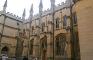 Один из самых старых корпусов Оксфорда. Тут даже прятался кто-то из королей в прошлом.