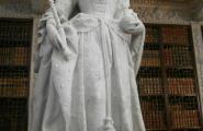 Мраморная статуя во дворце.