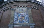 Герб на стене около подъёмника на дворцовый холм. Буда.