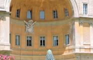 Один из дворов между музеями Ватикана. Рим.